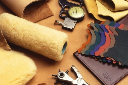レザークラフトで使う革の種類や特徴、染色方法は?